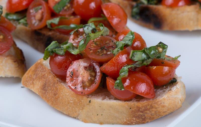 Bruschetta με την ντομάτα και το βασιλικό στοκ φωτογραφίες με δικαίωμα ελεύθερης χρήσης