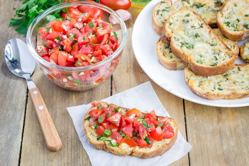 Bruschetta με τις ντομάτες, τα χορτάρια και το έλαιο στο ψημένο ψωμί τυριών στοκ φωτογραφία με δικαίωμα ελεύθερης χρήσης