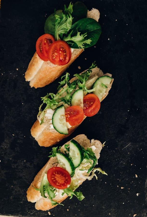 Bruschetta с овощами и травами черная предпосылка стоковые фото