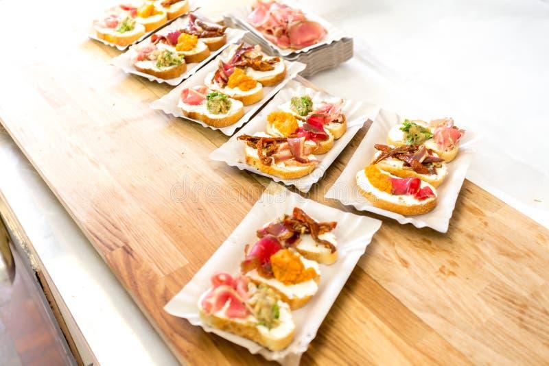 bruschetta说谎在木板的开胃小菜特写镜头和套 免版税库存图片
