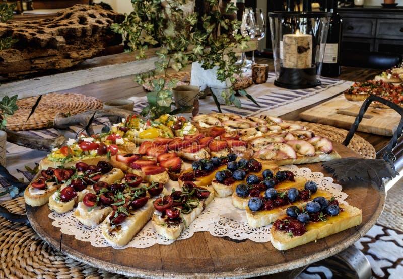 Bruschetta-Antipasto auf Tabelle stockbild