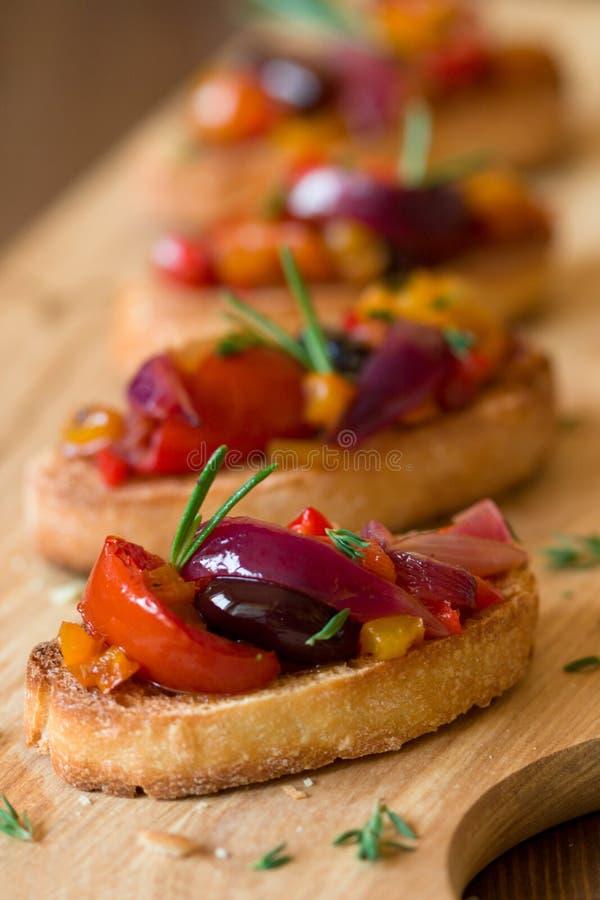 Bruschetta avec les légumes rôtis image stock