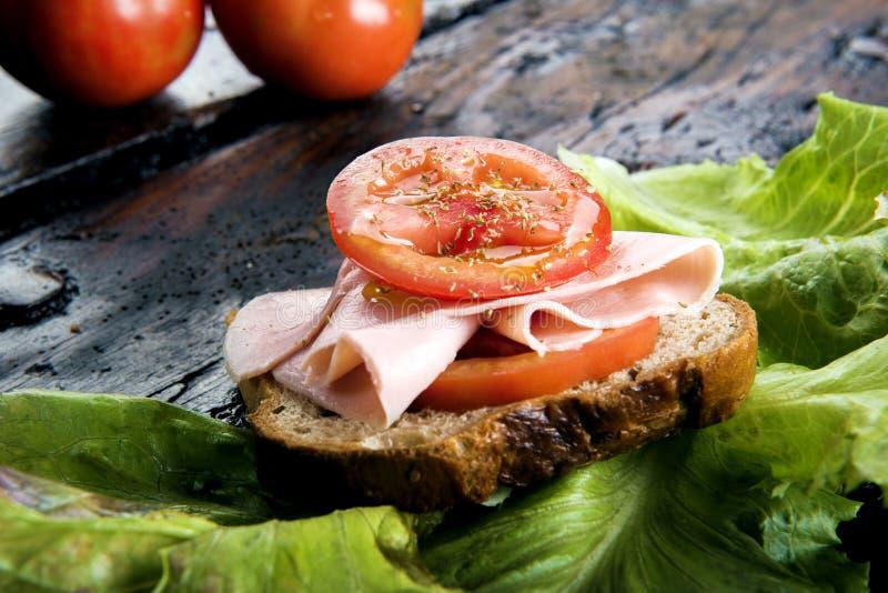 Bruschetta con el jamón y el tomate fotos de archivo libres de regalías