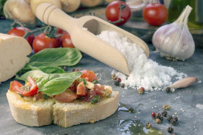 Bruschetta con el tomate y la albahaca imagen de archivo