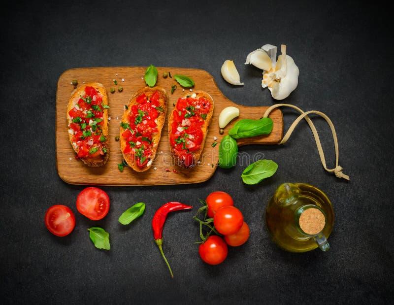 Bruschetta con el tomate y la albahaca fotografía de archivo