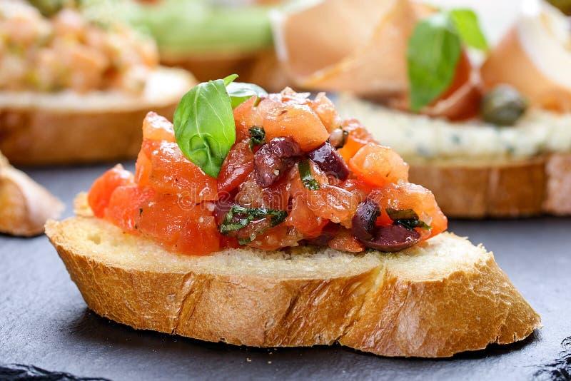 Bruschetta con el tomate y la albahaca imagenes de archivo
