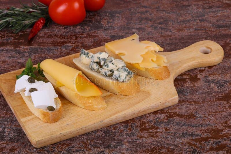 Bruschetta con i vari formaggi fotografie stock