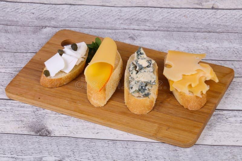 Bruschetta con i vari formaggi immagine stock