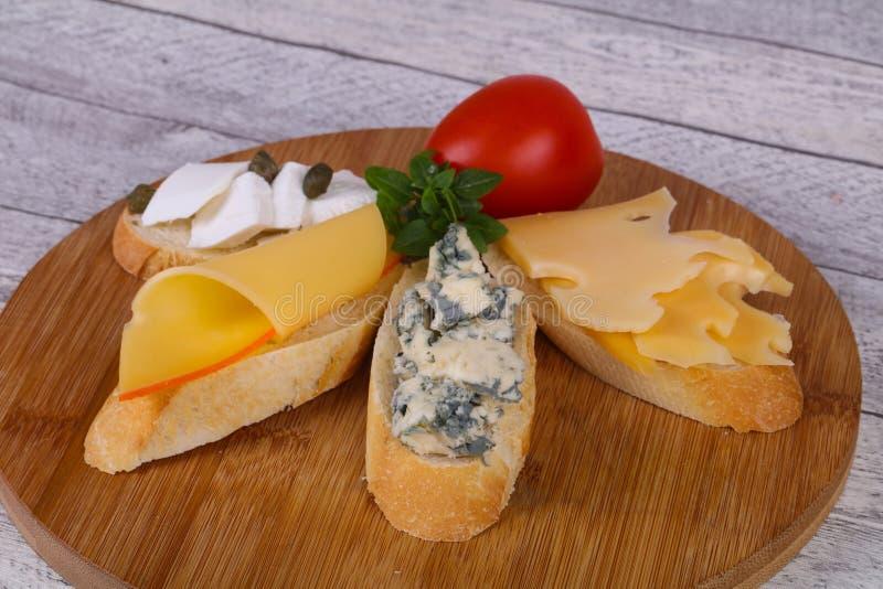Bruschetta con i vari formaggi fotografia stock libera da diritti