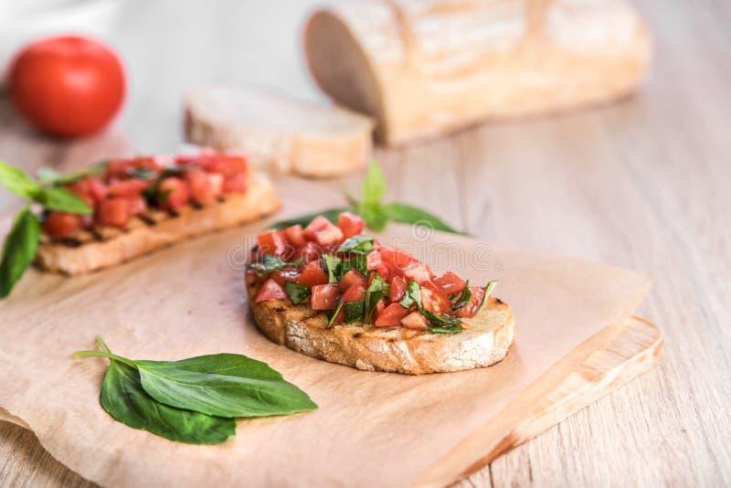 Bruschetta con il pomodoro ed il basilico verde immagini stock libere da diritti