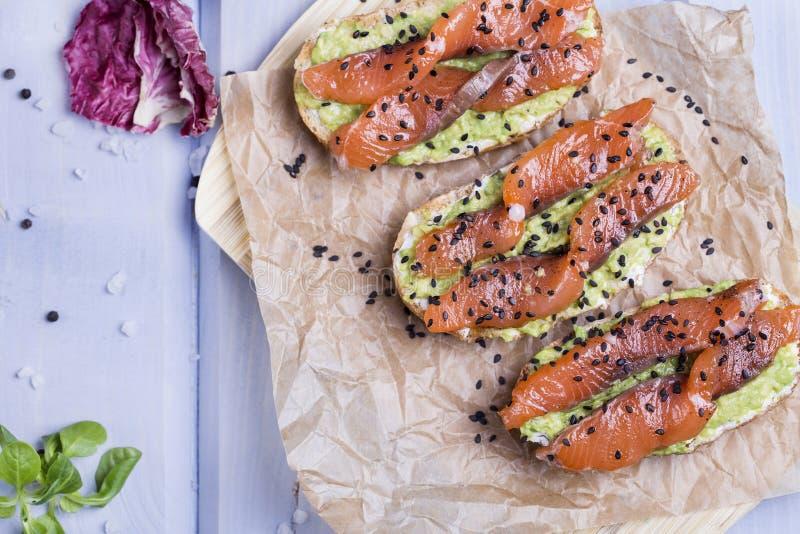 Bruschetta con l'avocado ed il salmone affumicato immagini stock