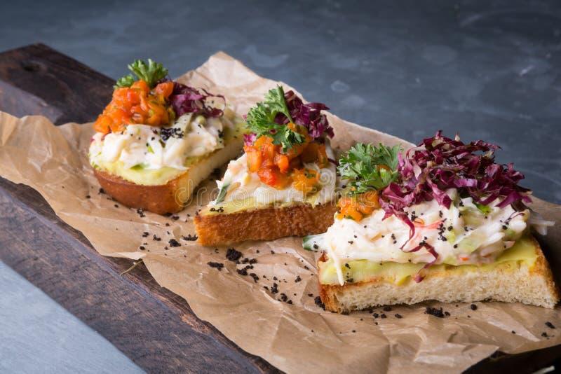 Bruschetta con la ensalada del cangrejo fotos de archivo