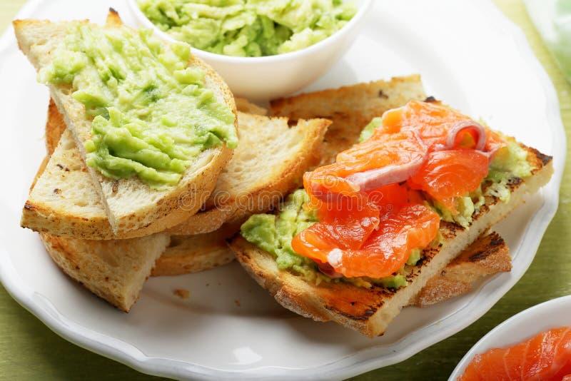Bruschetta con la salsa dell'avocado e del salmone fotografie stock