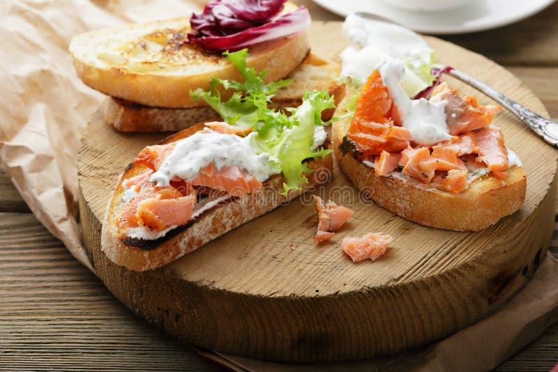 Bruschetta con la salsa y los salmones imagen de archivo libre de regalías