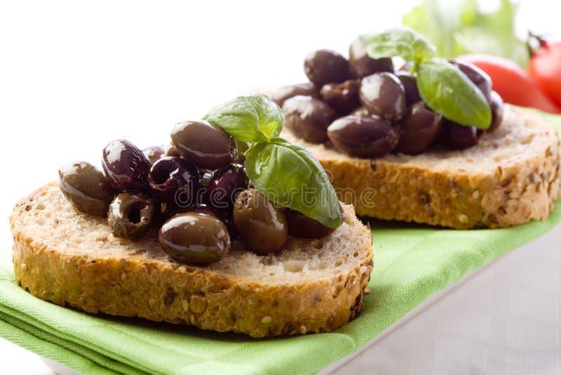 Bruschetta con le olive immagini stock