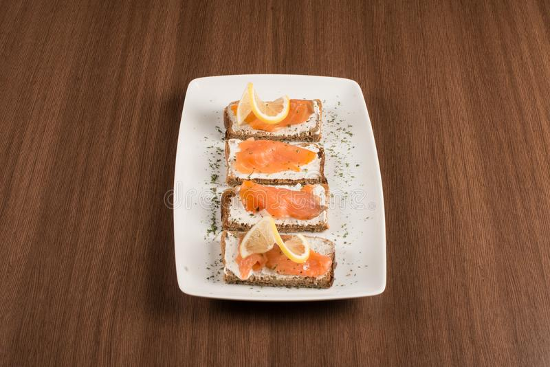Bruschetta con los salmones foto de archivo