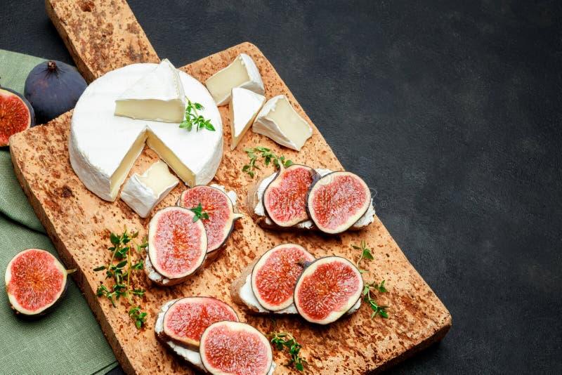 Bruschetta con queso verde, el brie y los higos frescos fotografía de archivo libre de regalías