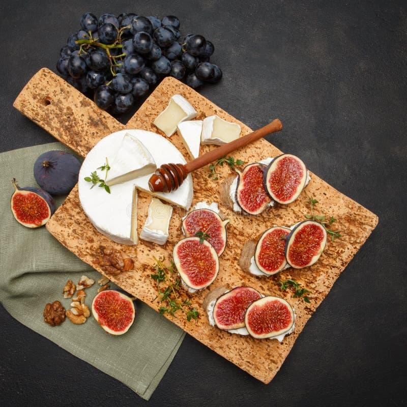 Bruschetta con queso verde, el brie y los higos frescos imagen de archivo libre de regalías