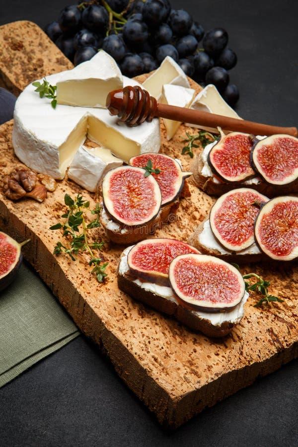 Bruschetta con queso verde, el brie y los higos frescos fotos de archivo libres de regalías