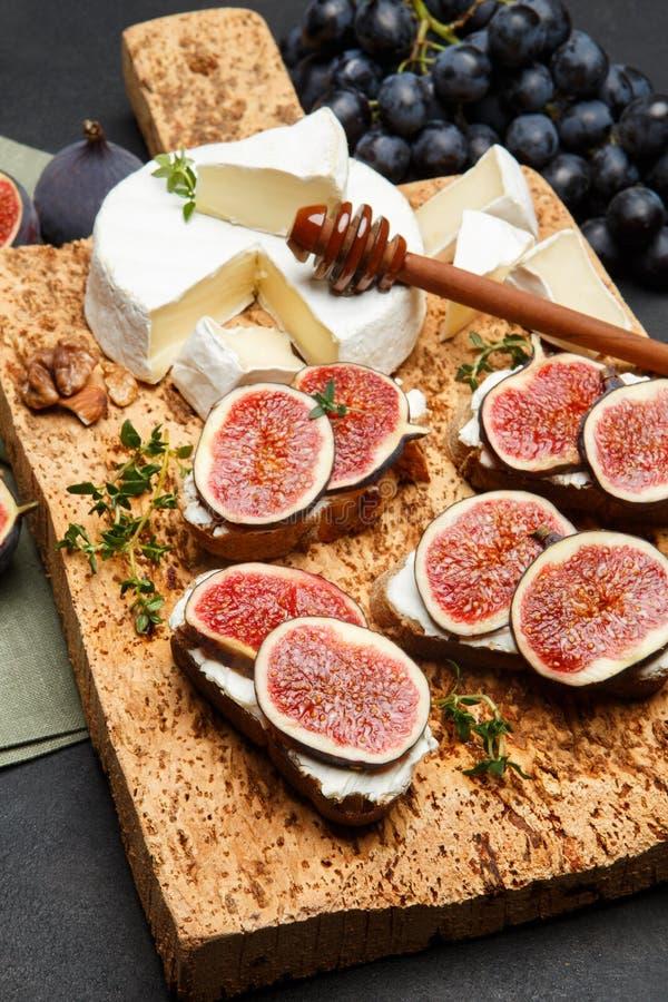 Bruschetta con queso verde, el brie y los higos frescos imágenes de archivo libres de regalías