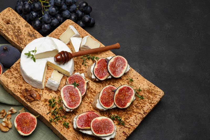 Bruschetta con queso verde, el brie y los higos frescos foto de archivo