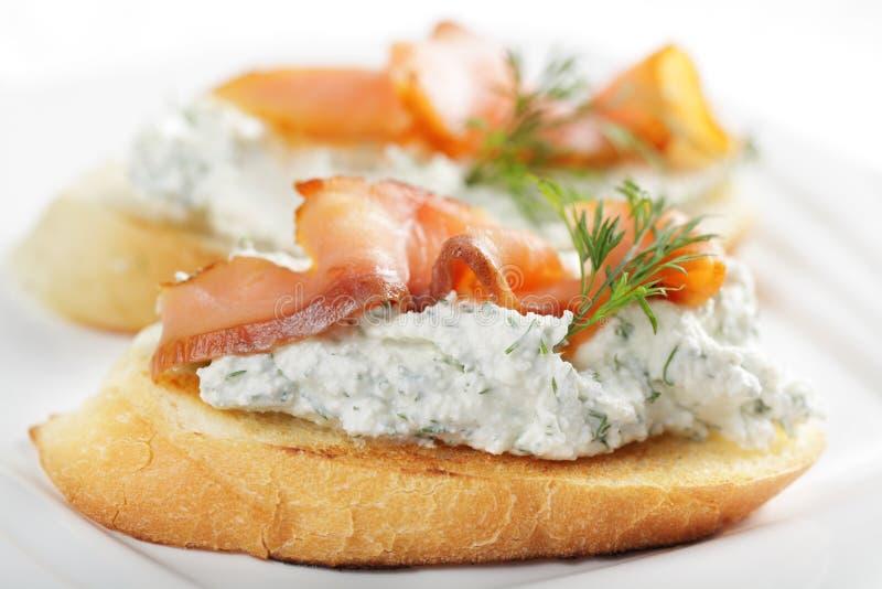 Bruschetta con queso y salmones fotos de archivo