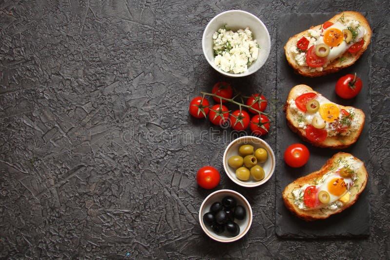 Bruschetta, crostini con formaggio cremoso, con i pomodori ciliegia, lui immagine stock libera da diritti