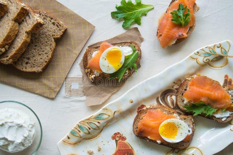 Bruschetta de los salmones y del huevo imagen de archivo