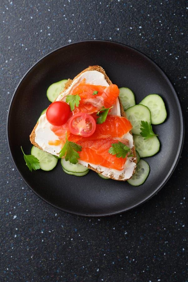 Bruschetta de los salmones y del queso con el pepino foto de archivo