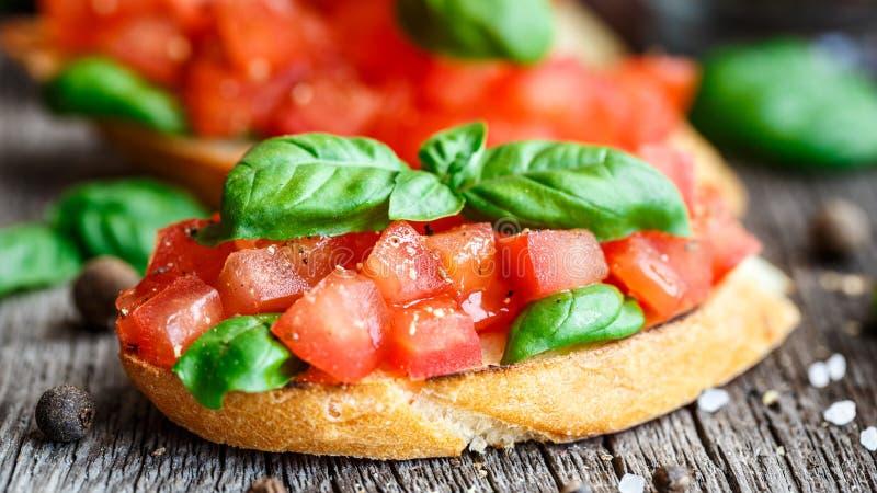 Bruschetta del pomodoro con i pomodori ed il basilico fotografia stock