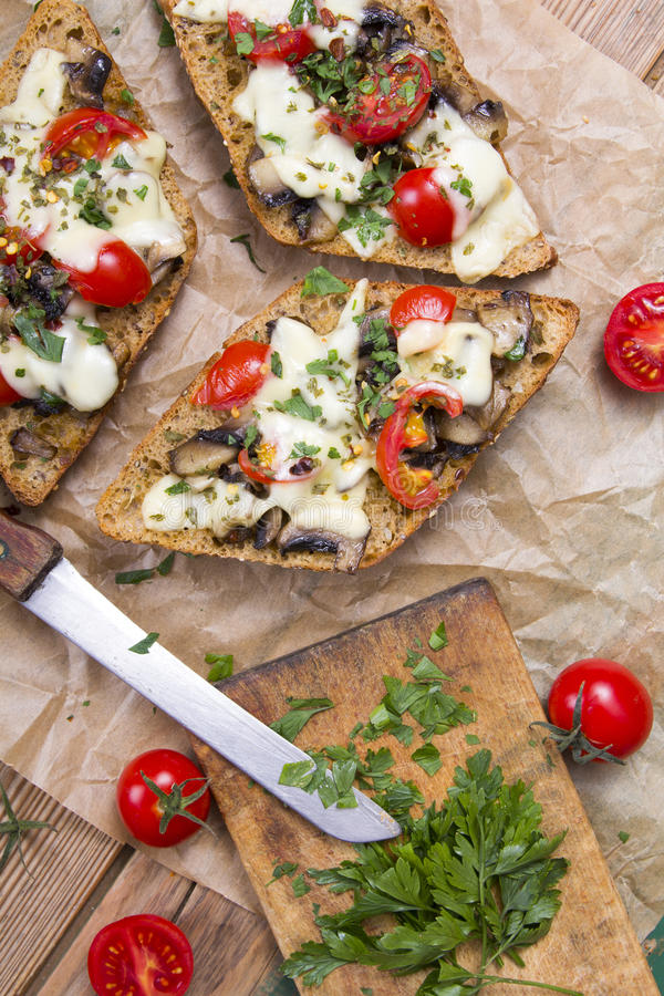 Bruschetta delicioso con los tomates, imagen de archivo libre de regalías