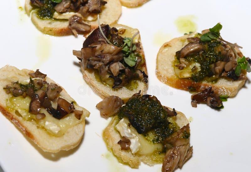 Bruschetta do cogumelo e do brie com salsa fotos de stock