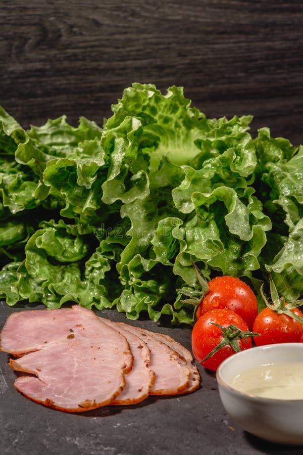 烹调的意大利bruschetta成份在黑暗的桌上 E 免版税库存图片