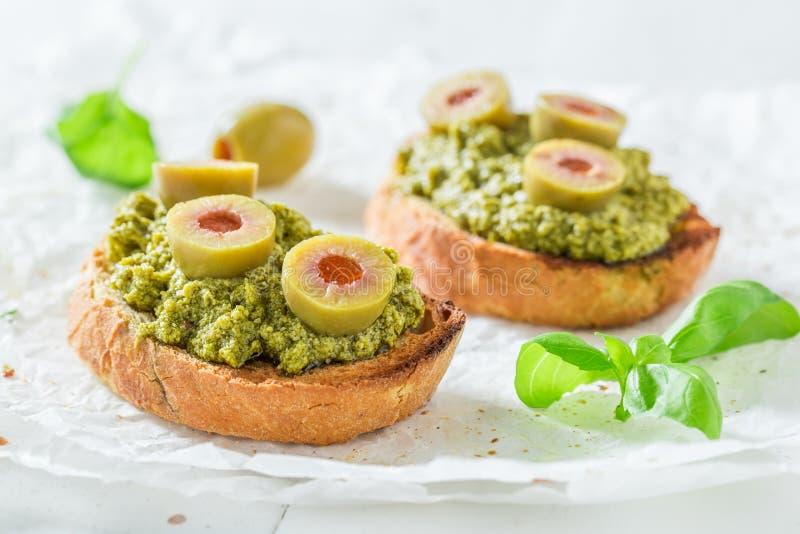 Bruschetta fresca con le olive verdi per uno spuntino immagini stock libere da diritti