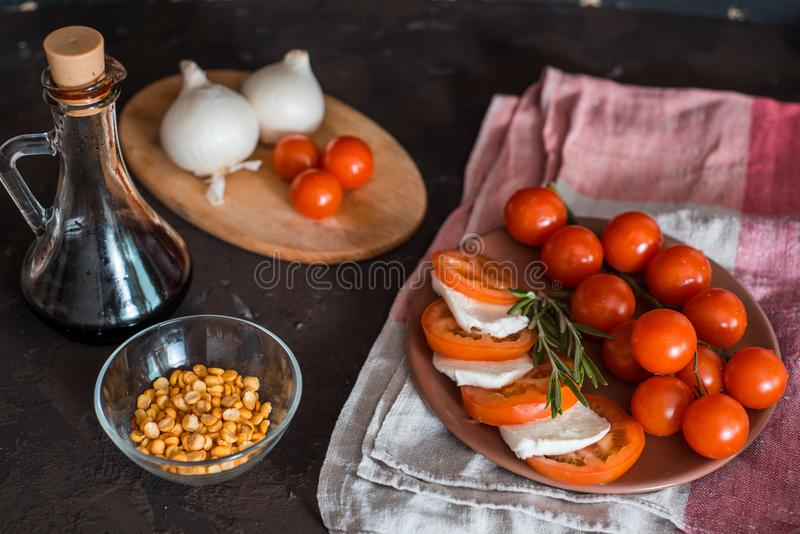 Bruschetta italiana con i pomodori tagliati, il basilico, il formaggio della mozzarella e l'aceto balsamico Bruschetta o Ass.Comm fotografia stock libera da diritti