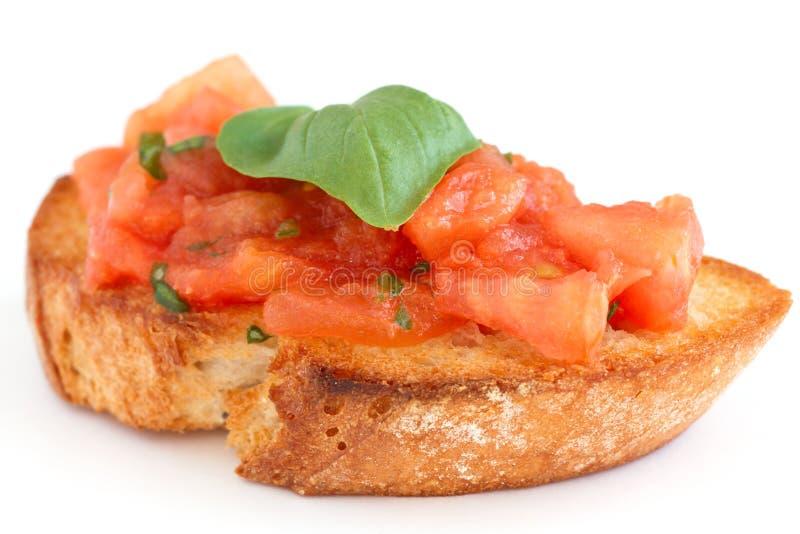 Bruschetta italiano clásico con el tomate y la albahaca fotografía de archivo libre de regalías