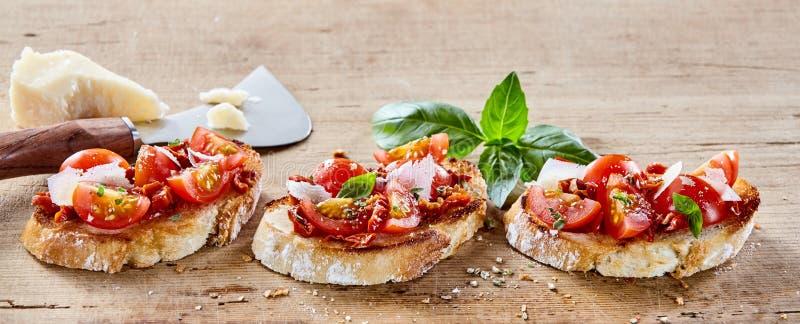 Bruschetta italiano con queso del parmigiana imagen de archivo