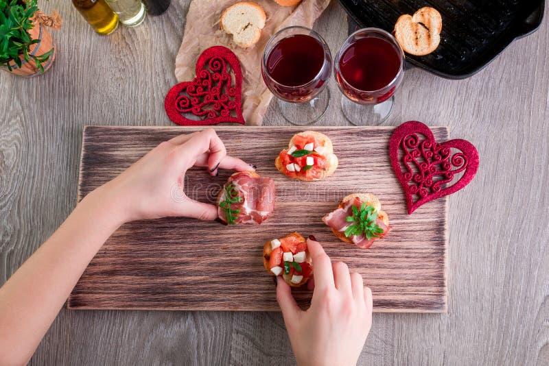 bruschetta Kobieta jest kulinarnym romantycznym gościem restauracji Odgórny widok pary dzień ilustracyjny kochający valentine wek zdjęcia stock