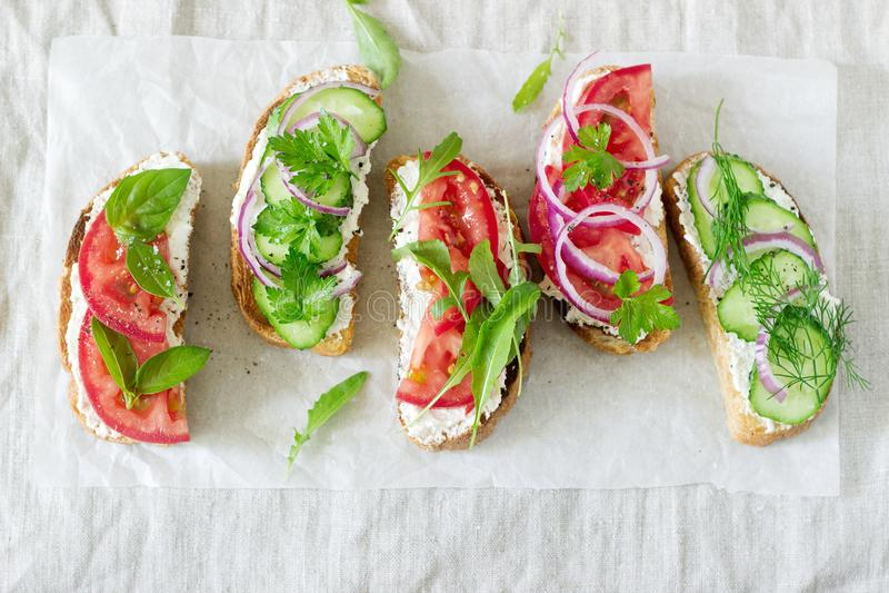 Bruschetta lub kanapki z pomidorami ogórki i kremowy ser, dekorowaliśmy z zieleniami zdjęcia royalty free