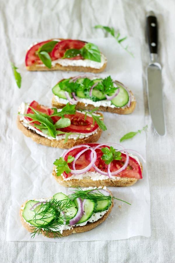 Bruschetta lub kanapki z pomidorami ogórki i kremowy ser, dekorowaliśmy z zieleniami zdjęcie stock