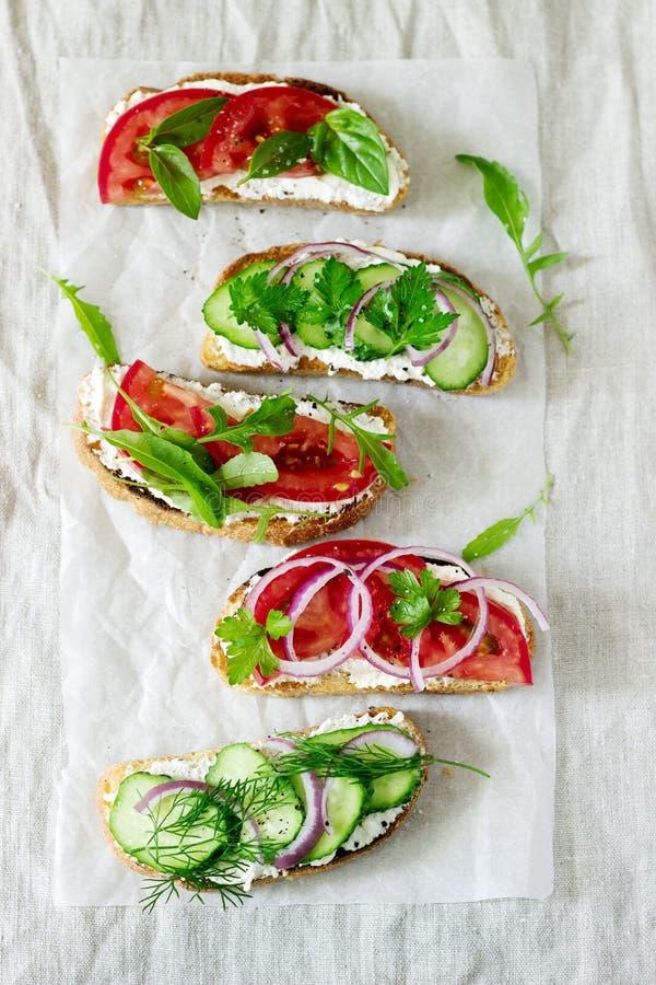 Bruschetta lub kanapki z pomidorami ogórki i kremowy ser, dekorowaliśmy z zieleniami fotografia stock