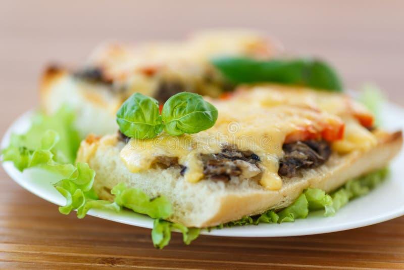 Bruschetta med champinjoner och ost arkivbild