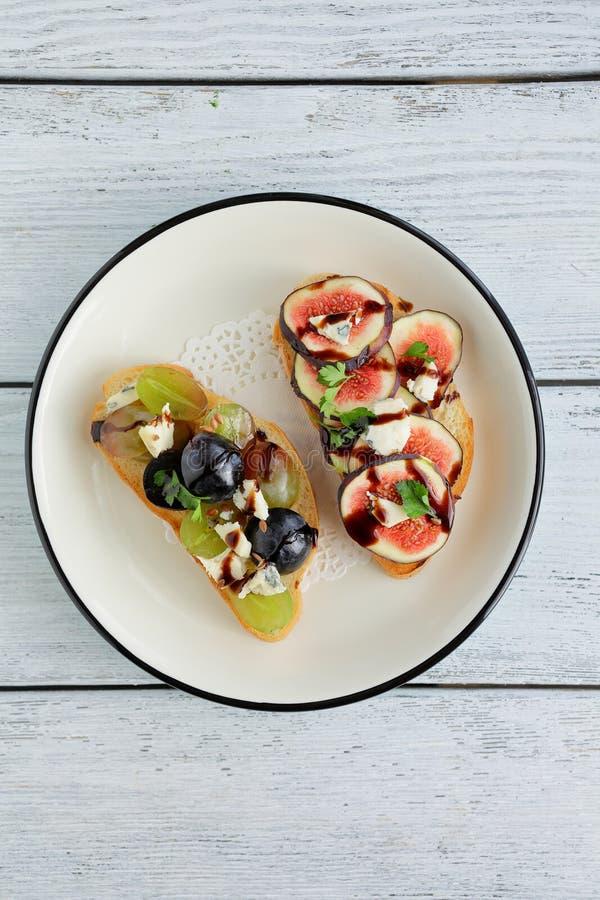 Bruschetta med frukter och ost arkivbild