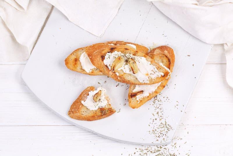 Bruschetta med mjuk ost, vitlök och provencal örter royaltyfri foto