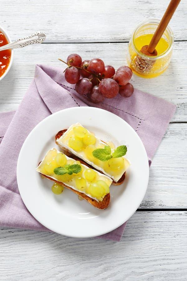 Bruschetta med ost och druvor royaltyfri foto