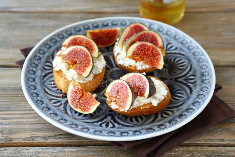 Bruschetta med ost och saftiga fikonträd royaltyfria bilder