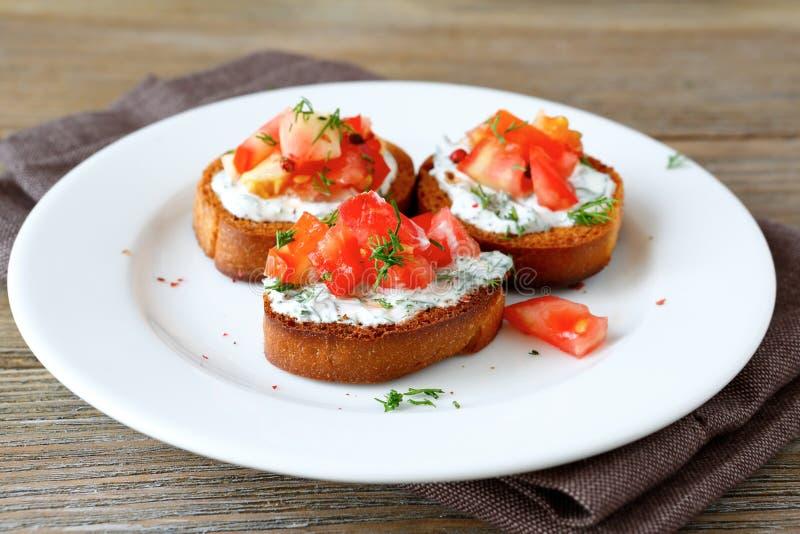 Bruschetta med tomaten och ost royaltyfria bilder