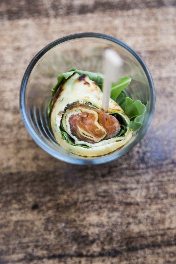 Bruschetta met groenten, pannekoeken met zalm stock afbeelding