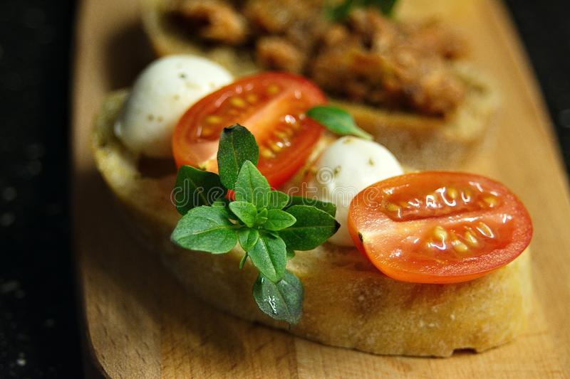 Bruschetta met mozarella stock afbeelding