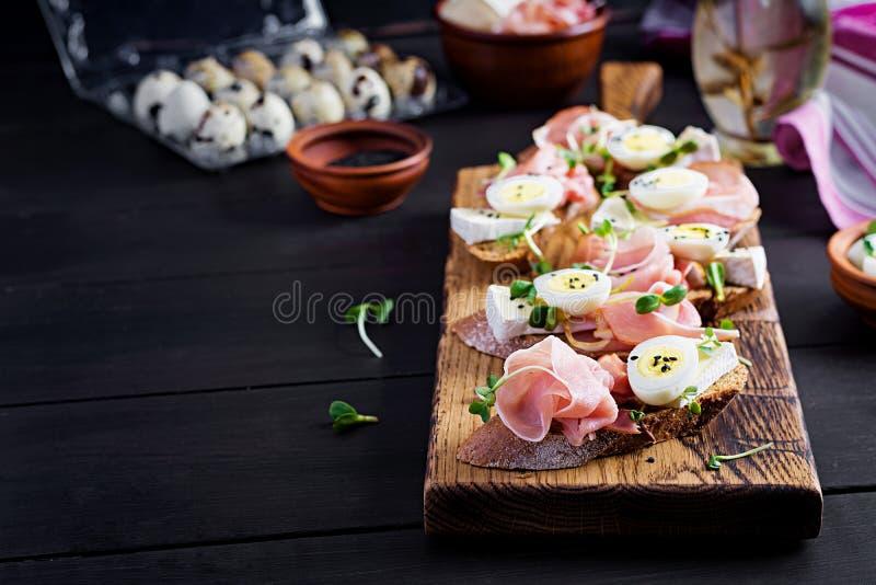 Bruschetta met prosciutto/jamon traditionele Italiaanse antipasto stock foto's